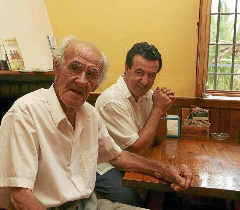 Juan Marí Juan, fundador de Las Dalias y persona en cuyo homenaje se ha creado el premio, junto a su hijo Juan Marí en una fotografía de archivo.