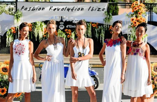 Una imagen de las modelos que presentaron los diseños de la firma Mammisi, durante el desfile de ayer en la plaza Antoni Albert i Nieto de Ibiza.