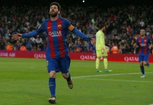 Messi celebra uno de sus goles ante el Osasuna.