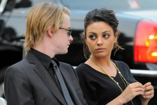 Macaulay Culkin está superando su ruptura con Mila Kunis (dcha.) junto con una actirz porno española.
