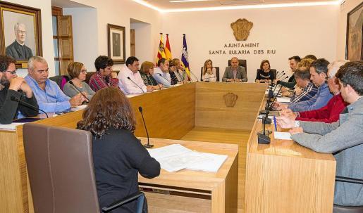 Un instante del pleno municipal celebrado ayer en el Ayuntamiento de Santa Eulària. Foto: IRENE ARANGO