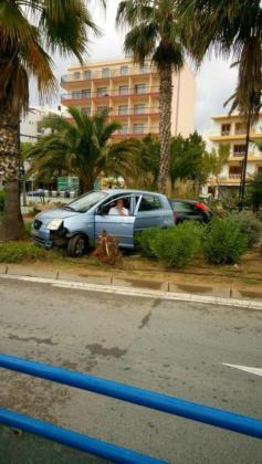 El turismo acabó subido en una zona ajardinada tras tumbar una palmera. Foto: A. R. C.