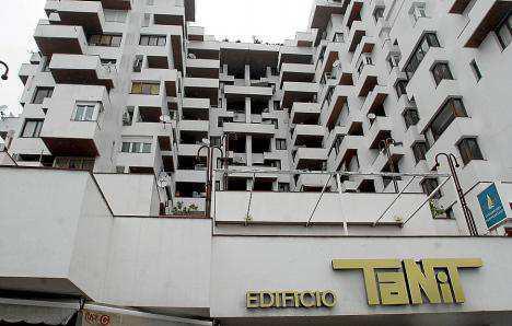 Apartamento con faltas de mobiliario. La Guardia Civil acudió al edificio Tanit alertados por la propietaria de la casa y acabó deteniéndola al comprobar las diversas irregularidades que había cometido.
