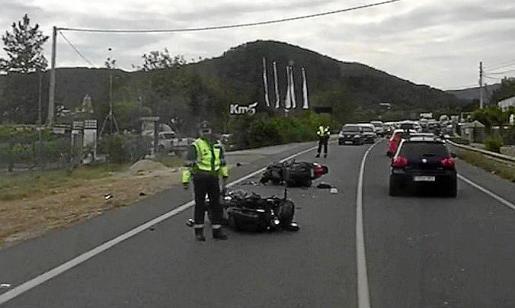 Las dos motocicletas quedaron tumbadas sobre el asfalto. Foto: T. P.