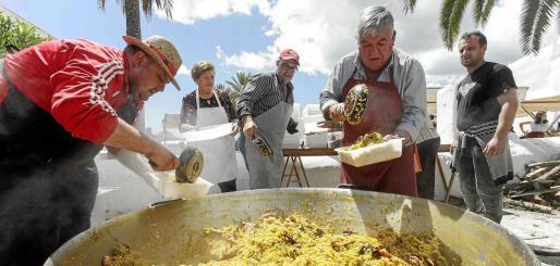 Los cocineros encargados de elaborar la paella benéfica le pusieron todo su cariño para que el arroz saliera sabroso y exquisito para todos los paladares.