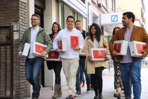 La delegación en representación de Susana Díaz ha llegado a Ferraz pasada las 11.30 horas con el secretario general de las Juventudes Socialistas, Nino Torre, a la cabeza, acompañado por militantes de base, y con un total de 17 cajas.