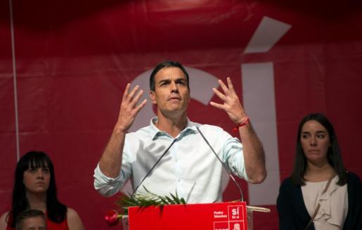 El candidato a la secretaría general del PSOE, Pedro Sánchez, durante el encuentro con los militantes socialistas en Linares.