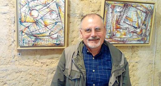 Isern y algunas de sus obras expuestas en la galería.