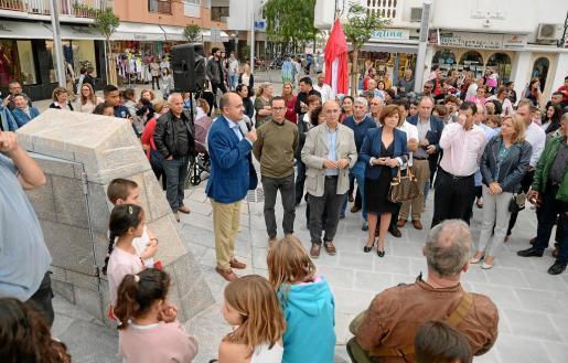 El alcalde Vicent Marí descubrió ayer las placas con los poemas de Isidor Macabich y se dirigió a sus vecinos.