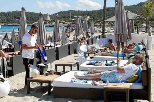 En la imagen, elementos de playa como camas llenas en Platja d'en Bossa.