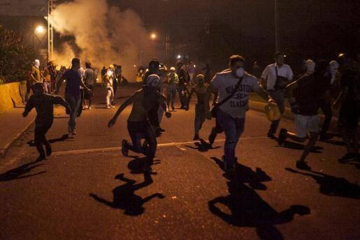 Un grupo de manifestantes contra el régimen de Maduro protagoniza disturbios en una de las movilizaciones convocadas en las últimas horas.