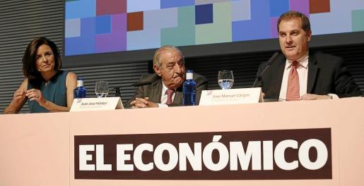Paula Serra, presentadora del Foro, y Juan José Hidalgo, presidente de Globalia, escucharon atentamente la conferencia del presidente de AENA José Manuel Vargas.