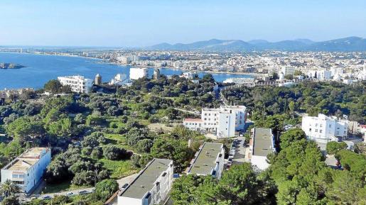 Vista general de Ibiza y Platja d'en Bossa desde Puig des Molins.
