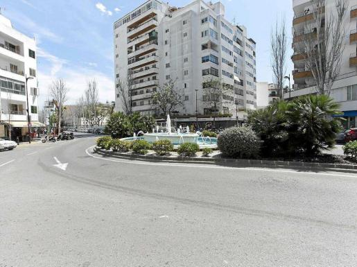 Arriba, imagen de la plaza Enric Fajarnés i Tur, en el barrio del Eixample de Vila presidida por una gran fuente. Foto: DANIEL ESPINOSA