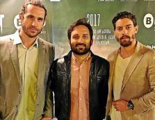 Marcos Cabotá, entre los actores Esteban Piñeiro y Adrián Lastra.