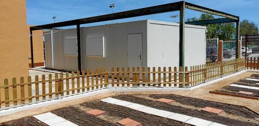 El aula prefabricada que tiene el colegio actualmente y que no está completamente integrada.