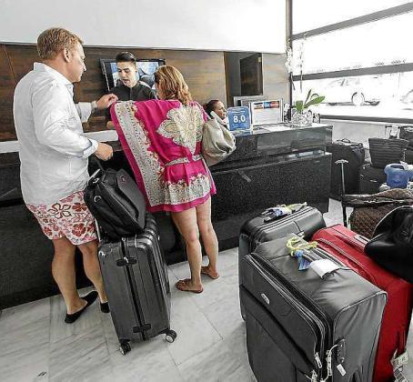 Imagen de archivo de turistas pagando la ecotasa el año pasado en un hotel de Ibiza.