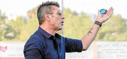 Vicente Román, técnico del 'San Rafi', da instrucciones durante un partido.