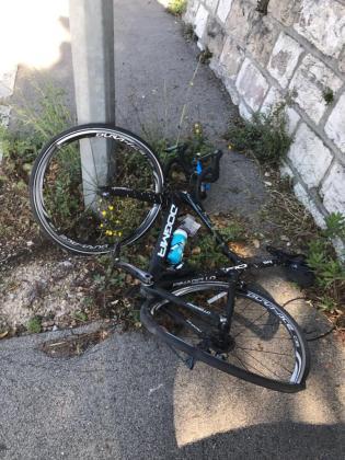 Estado en el que ha quedado la bicicleta de Chris Froome tras el atropello.