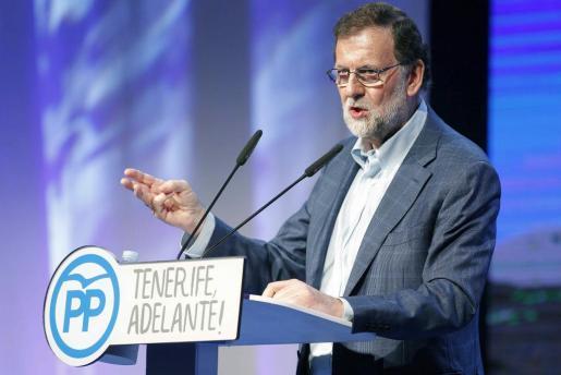 """-FOTODELDIA- GRA240. SANTA CRUZ DE TENERIFE, 06.05.2017.- El presidente del Gobierno y del PP, Mariano Rajoy, durante su intervención hoy en la clausura del VIII Congreso Insulardel partido en Tenerife, en la que ha dicho que va a hablar """"con todos"""" para recabar los apoyos necesarios que permitan aprobar los Presupuestos Generales del Estado, y para ello hay que tener """"un poco de grandeza y generosidad"""". Para buscar acuerdos, hay que """"ceder un poco aquí, no mirar demasiado para el otro lado, ponerse en el l"""