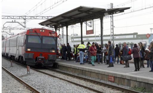 El joven salvó la vida gracias a que otros usuarios del tren se lanzaron a las vías para sacarlo poco antes de que pasara un convoy.