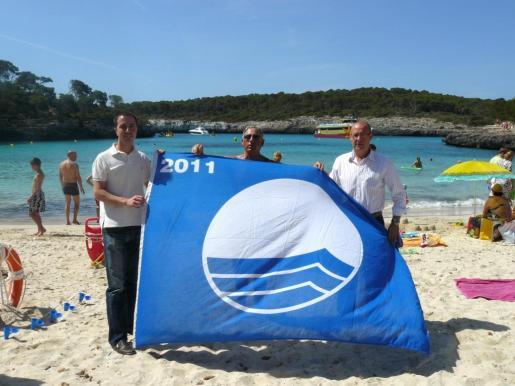 Imagen de archivo de una bandera azul otorgada a la zona de Santanyí.
