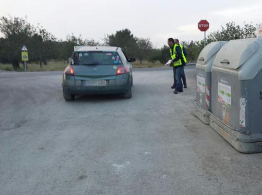 Imagen de los informadores ambientales trabajando en un punto de recogida.