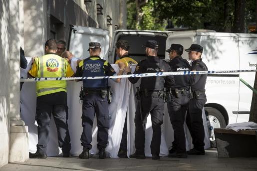 Agentes de la policía y los servicios médicos en el número 4 de la calle Hermanos Bécquer, ubicada en el distrito de Salamanca, donde dos menores de 17 años han fallecido al caer por el hueco del ascensor del inmueble.
