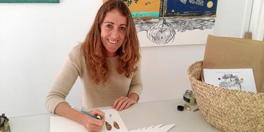 La artista Pilar Mena, junto a algunas de las obras que se pueden ver en la exposición de Formentera.