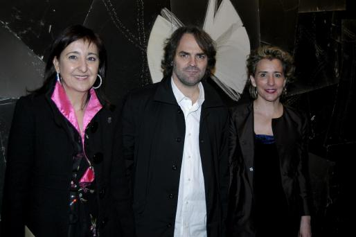 Nanda Ramón, Fernando Prats y Aina Calvo, ante la obra ganadora.