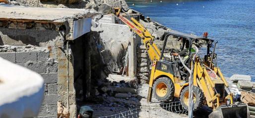 La excavadora tiró abajo las casetas varadero ante la presencia de algunos de sus dueños y los agentes de la Guardia Civil, que acudieron para evitar cualquier tipo de incidente. Foto: ARGUIÑE ESCANDÓN
