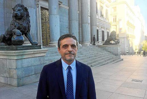Imagen de archivo del diputado Marí Bosó a las puertas del Congreso.