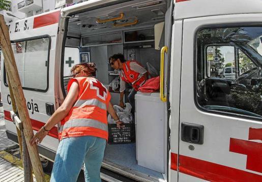 Cruz Roja lleva a cabo un programa de entrega de comida a personas sin techo en Ibiza. Foto: D. ESPINOSA