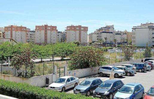 La imagen de arriba muestra la zona vallada donde estaban las aulas prefabricadas y donde se erigirá el nuevo parque infantil.