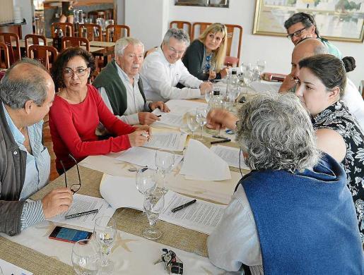 Imagen de la reunión de la junta directiva que se celebró ayer. Foto: MARCELO SASTRE