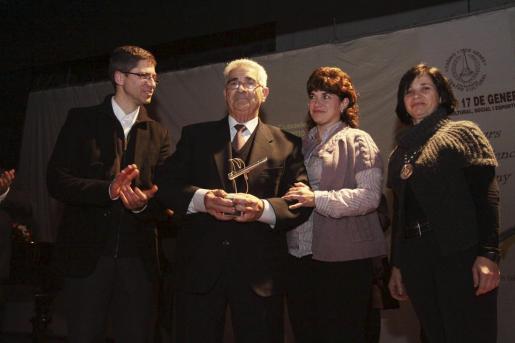 El conseller Joan Lluís Torres entregó el Fabiol de Plata a los 80 años de Cas Mèrvol, que fue recogido por Llorenç Torres Llorens y sus hijas Joana y Antònia.