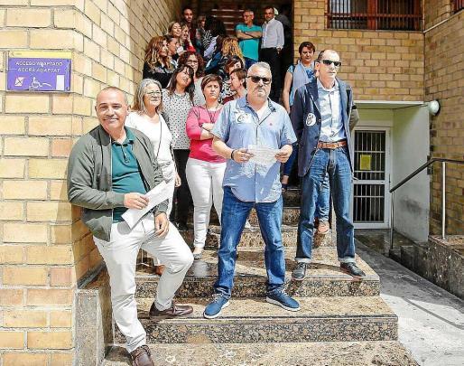 Una veintena de trabajadores de los juzgados de Ibiza se concentraron ante la entrada de la sede judicial. Foto: ARGUIÑE ESCANDÓN