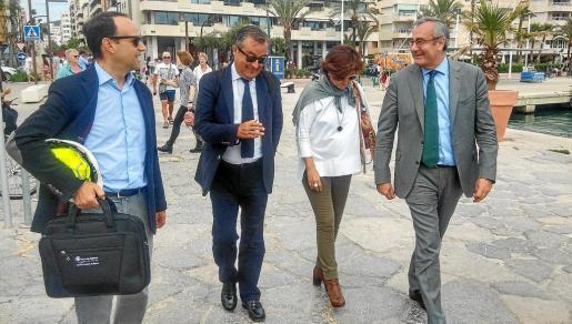 Josep Llorca, a la derecha, dialoga de forma distendida con Gual de Torrella, segundo por la izquierda.