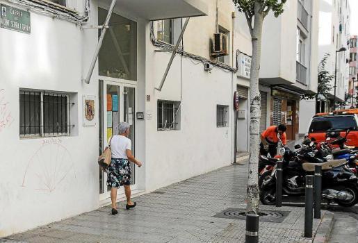 Imagen del edificio del viejo retén de la Policía Local, en la calle Vicent Serra i Orvay, donde se construirá el albergue.