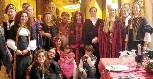 Foto de familia de todos los participantes este año a la cena familiar que organizan anualmente Traspas y Torijano.