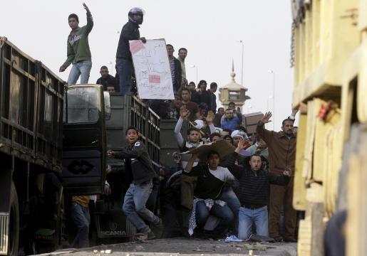 Manifestantes lanzan piedras durante los enfrentamientos entre partidarios y detractores del presidente egipcio, Hosni Mubarak, en la plaza Tahrir, hoy miércoles 2 de febrero de 2011 en El Cairo, Egipto. La tensión crece en Egipto, donde se han producido hoy los primeros choques entre partidarios y opositores al régimen del presidente Hosni Mubarak, mientras que el Parlamento suspendió sus sesiones hasta que se revisen los resultados electorales.