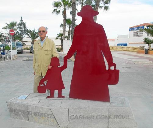 El artista catalán Adolf Aymat junto a la escultura que inauguró este pasado jueves en Santa Eulària.
