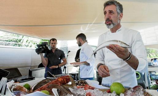 El reputado cocinero del restaurante gallego Casa Sola, el chef Pepe Solla, empleó pescado y marisco ibicenco para elaborar su plato, ayer en el espacio habilitado para el foro en el Ibiza Gran Hotel.