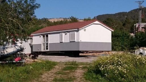 Imagen de la anterior casa prefabricada interceptada por el Ayuntamiento.