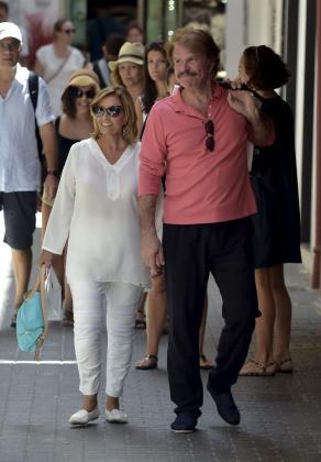 María Teresa Campos y su pareja Edmundo Arrocet pasean durante una visita a Palma.