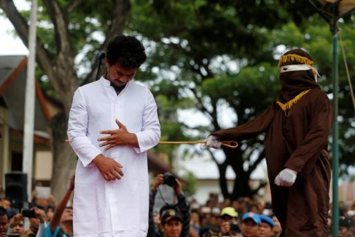 Momento de la ejecución de la condena ante un abundante público.
