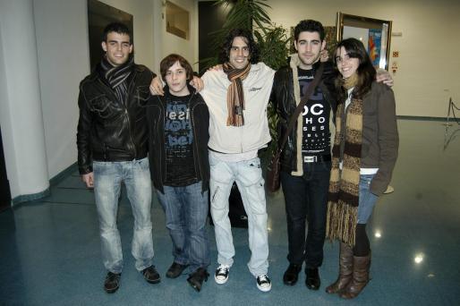 A la izquierda, Xavier García, Bartomeu Galmés, Emilià Garcias, Albert Carrió y Nuria Galmés forman el grupo Eskasos.
