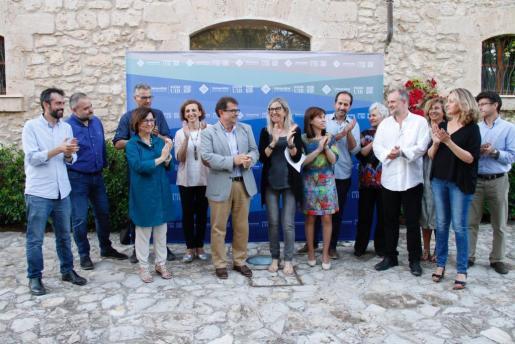 El rector de la UIB Llorenç Huguet, celebra con su equipo su reelección.