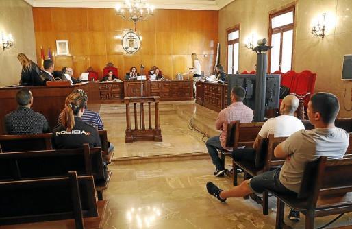 Los cinco acusados ante el tribunal en la segunda jornada del juicio que se celebra en la Audiencia Provincial.