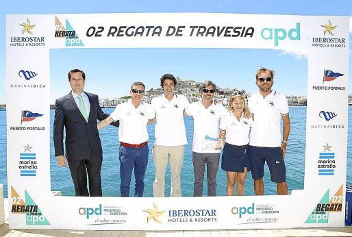 Oscar Luís González, director de Marketing de Iberostar, entregó el trofeo al pimer clasificado de la II Regata de Travesía a la tripulación del velero de Marina Ibiza.